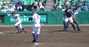 4回2死二、三塁、中前へ逆転の2点適時打を放つ福知山成美・神内