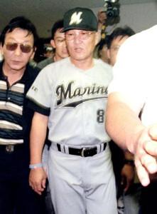 98年7月18日、プロ野球連敗記録を塗り替え、報道陣に囲まれ球場を出るロッテ・近藤監督