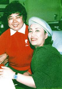 初の告白手記を出す関口範子さん(左)。美空ひばりさんとの秘蔵エピソードが記される(1984年12月撮影)