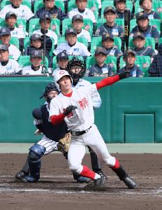 4回2死一、三塁、智弁和歌山・東妻純平が左越え3ランを放つ(捕手・伊藤惇太郎)