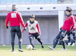 冒頭だけ公開された練習でトレーニングを行う仙台MF吉尾