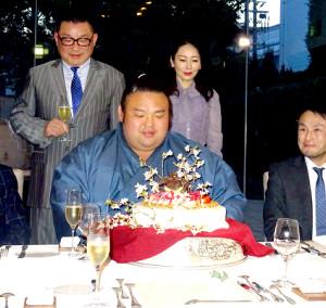 大関昇進の祝賀会で、ケーキをプレゼントされる貴景勝(後方左は父の佐藤一哉さん、同右は母の純子さん)