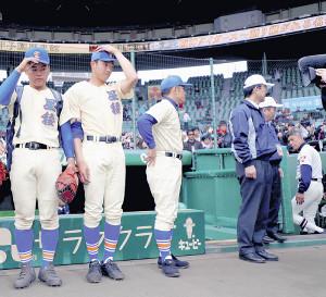 試合に敗れた星稜・林監督(左から2人目)は、球場を後にする習志野・小林監督(右端)を見つめた(左端は敗戦投手となった奥川=カメラ・義村 治子)