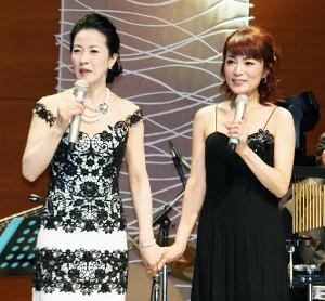 コンサートを行った坂本冬美(左)とゲストのマルシア