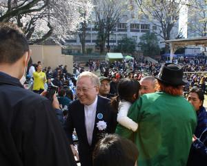 ZERO1のスポンサーになり靖国神社でプロレスファンに囲まれる高須院長