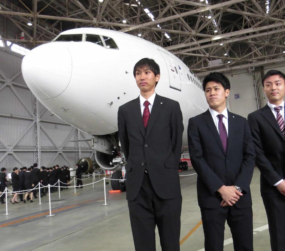 JAL入社式に出席した陸上走り高跳びの戸辺直人(左)