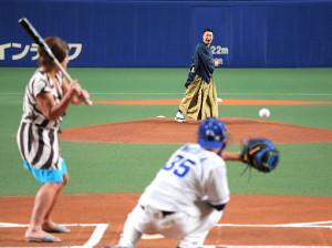 ファーストピッチで投球するチョコレートプラネット・長田庄平と打席に立った同・松尾駿