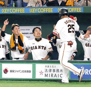 本塁打を放った岡本〈25〉を迎える(左から)坂本勇、丸