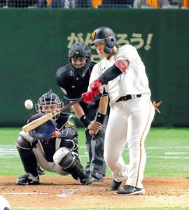 3回2死、丸に続く2者連続本塁打を放つ岡本(捕手・坂本=カメラ・生澤 英里香)