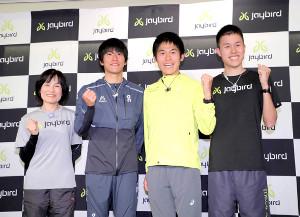 記者会見で川内優輝(中央右)は家族と一緒にガッツポーズを決めた(左から母・美加さん、次男・鮮輝、1人おいて三男・鴻輝=カメラ・中島 傑)