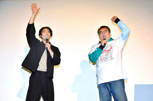 応援上映イベントで観客の歓声に応える賀来賢人(左)と福田雄一氏