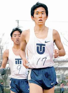 平成国際大記録会の2種目で東洋大トップとなった新入生・児玉悠輔(後ろは吉川洋次)