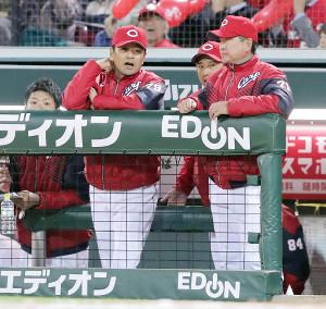 ベンチで渋い表情の広島・緒方監督(前方左)