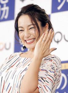満面の笑みで結婚指輪を披露する三船美佳(カメラ・宮崎 亮太)
