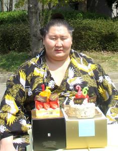 26歳の誕生日を迎えた逸ノ城は桜の木の下でケーキを贈られニッコリ