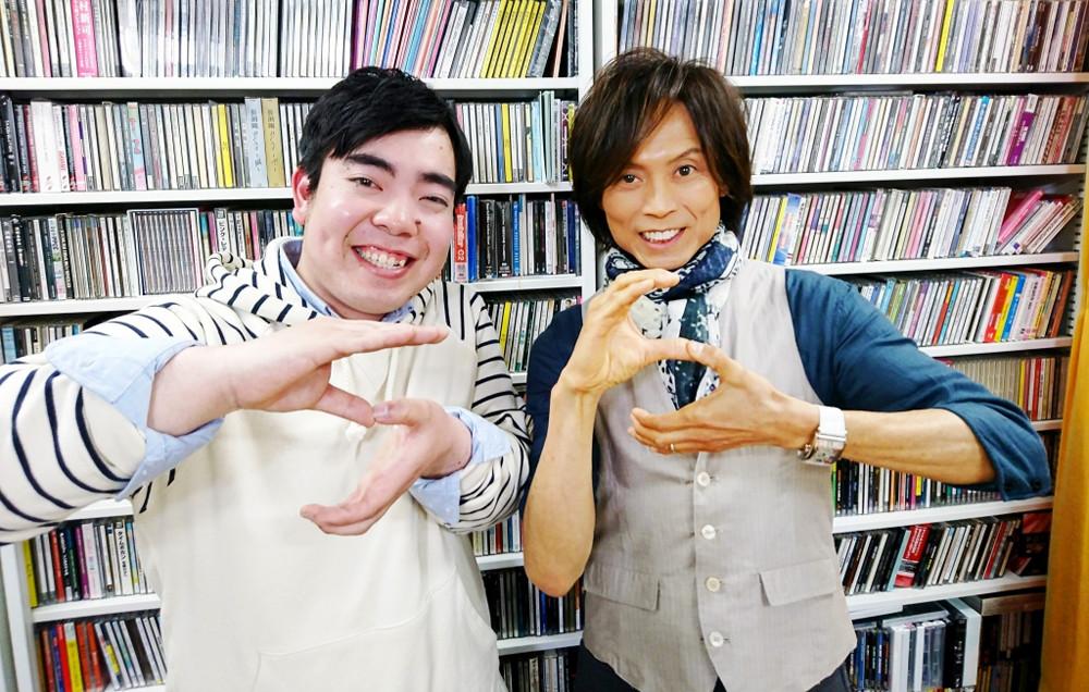 NHK「ニュース シブ5時」のテーマ曲「渋谷節だよ青春は!」を歌う徳永ゆうき(左)と作詞・作曲・プロデュースのつんく♂