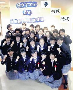 新入生歓迎会であいさつする女子硬式野球部員(左は庄司主将)