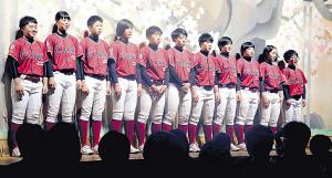 総勢25人の部員で日本一を目指すクラーク記念国際の女子野球部員(カメラ・遠藤 洋之)