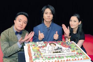 バースデーケーキで祝福される山下智久(左は濱田岳、右は菜々緒)