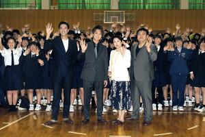 映画ロケ地の隠岐諸島を訪れた(左から)秋山真太郎、EXILE TAKAHIRO、松坂慶子、錦織良成監督