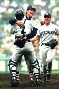 1998年のセンバツで優勝投手となった松坂(中央)