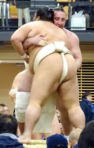 春巡業で御嶽海と相撲を取る栃ノ心(右)
