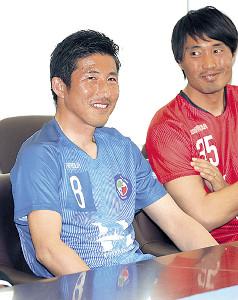 常勝鹿島の中心選手だった野沢(左)も枚方に加入