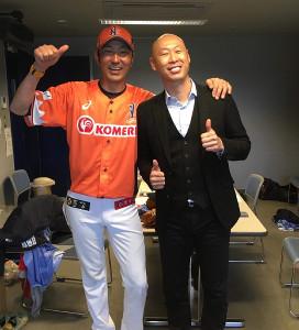 開幕戦で森本稀哲さん(右)の激励を受けたBC新潟・清水章夫監督