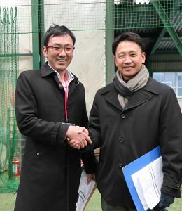 2月の合同トライアウトで久々に対面した富山・二岡監督(右)と握手する新潟・清水監督