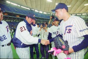 2000年5月15日、プロ初勝利を挙げ号泣する日本ハム・清水(左)