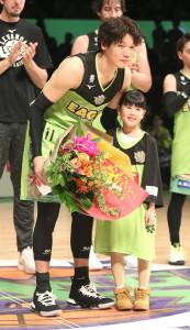 試合後、長女から花束を受け笑顔を見せる桜井