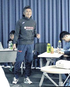 ミーティングで今季の方針を説明する堀川新監督