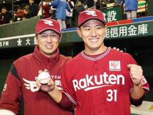 試合後、福井は平石監督(左)に祝福され笑顔を見せる(カメラ・佐々木 清勝)