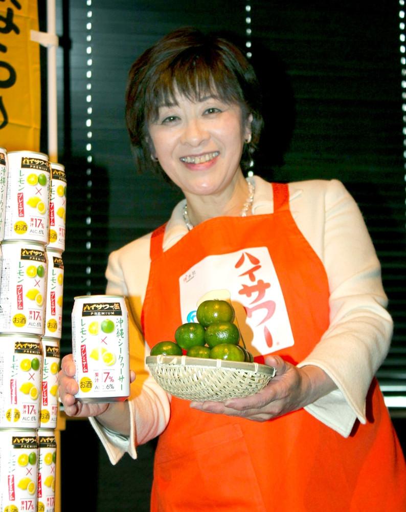 新商品の「ハイサワー缶プレミアム シークヮーサー×レモン」をPRした博水社の田中秀子社長
