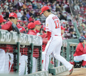 2回無死満塁、岡田は押し出し四球を与えて降板