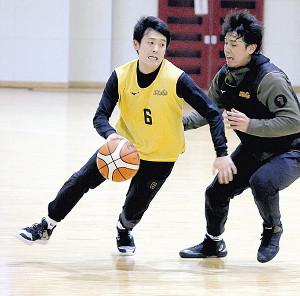 実戦練習でドリブルする仙台・新号(左)