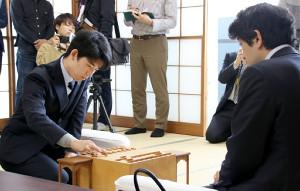今年度初戦で森内俊之九段(右)に挑む藤井聡太七段