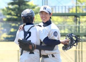 試合を締めた甲府西・今津(右)は捕手の中込と抱き合って笑顔(カメラ・竹内 竜也)