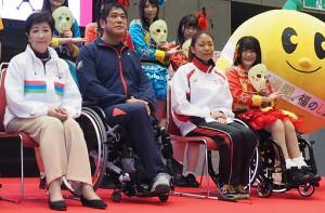 昨年の東京パラリンピック2020イベントに出演した小池百合子東京都知事(左端)、仮面女子・猪狩ともか(右端)ら