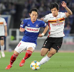 前半、名古屋・米本(右)と競り合う横浜M・三好(カメラ・宮崎 亮太)