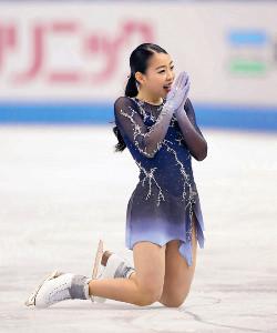 失敗したフリーの演技を終え、手を合わせて謝る紀平(カメラ・渡辺 了文)
