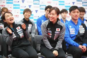 会見で笑顔を見せる(左から)伊藤美誠、石川佳純、張本智和