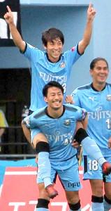 17年10月、当時所属した川崎でゴールを決め、家長におんぶされる三好
