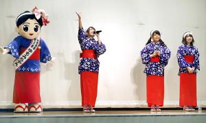 湯もみの衣装でトークイベントを行った(左から)ゆもみちゃん、高田憂希、松田颯水、中島唯