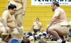 阿武咲(左)と相撲を取る栃ノ心