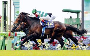 ゴール前で激しい3頭の叩き合いを制したサートゥルナーリア(手前)。無敗で皐月賞馬に輝いた