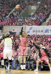 3点シュートを3本決める活躍を見せた秋田・谷口(中)(右は白浜、カメラ・遠藤 洋之)