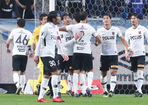 終了間際のゴールでG大阪に勝利し、喜ぶ浦和イレブン
