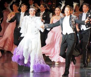 兵庫・宝塚大劇場で本拠地でのサヨナラショーを行った月組2番手スター・美弥るりか(手前左)。右はトップスター・珠城りょう