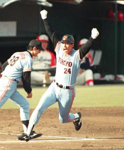 89年、近鉄との日本シリーズ第7戦で代打本塁打を放ち、両手を上げて喜ぶ巨人・中畑